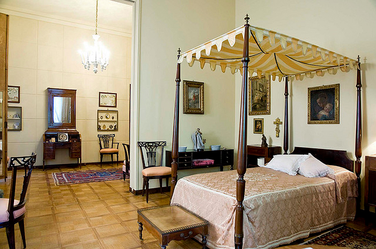 (above) Nedda Necchi's bedroom (photo by Giorgio Majno)