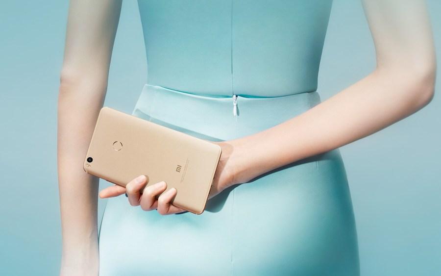 Imagen publicitaria del Xiaomi Mi Max 2 dorado.