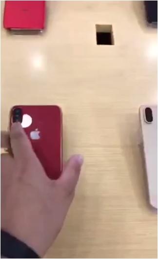 Captura del video que muestra el dorso iPhone X rojo.