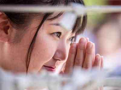 Primo piano donna che prega in Giappone