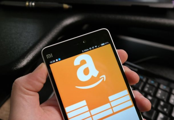 smartphone mit amazon logo