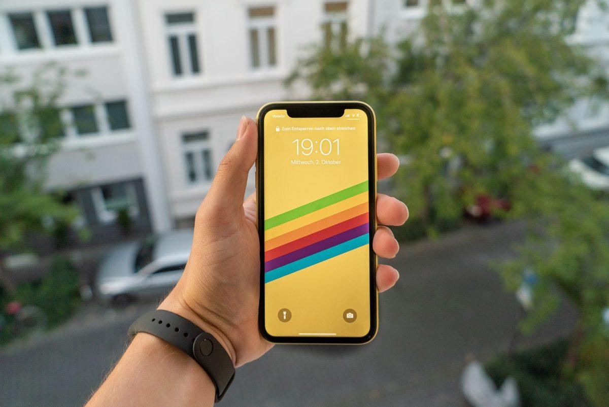 iPhone 11 Yellow FaceID entsperren Hand halten