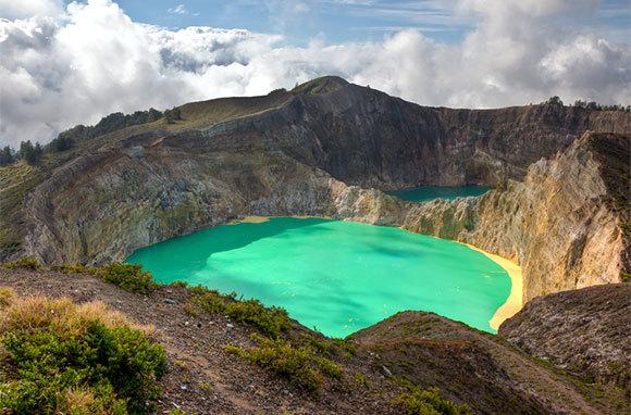 East Indonesia: Volcanoes, Trekking, And Dragons (Mountain Travel Sobek)