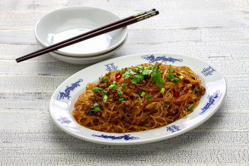 Sauté de vermicelles épicés avec du porc haché, plat classique du Sichuan dans la cuisine chinoise appelé