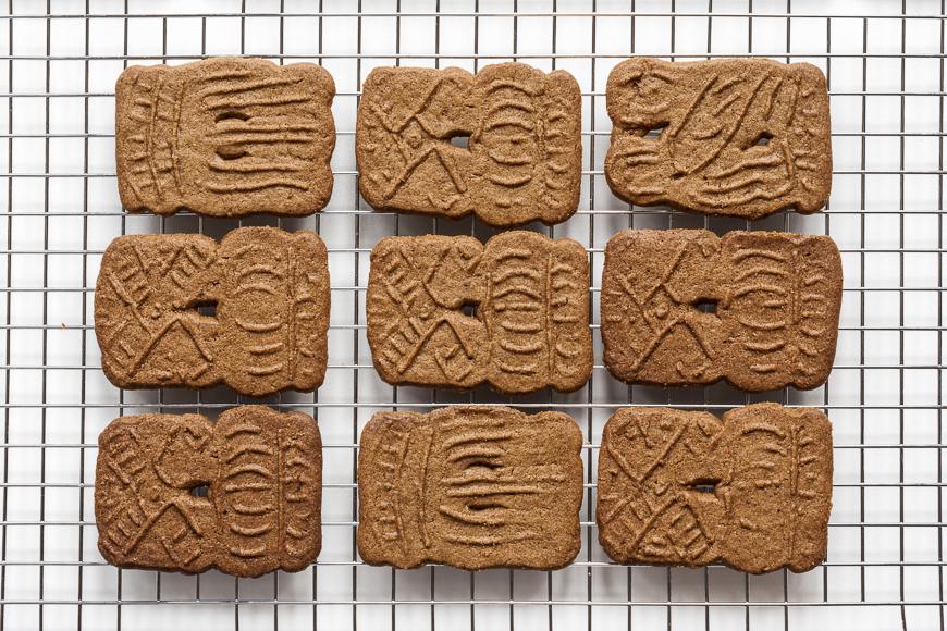 Une pile de biscuits hollandais fraîchement cuits appelés spéculums.