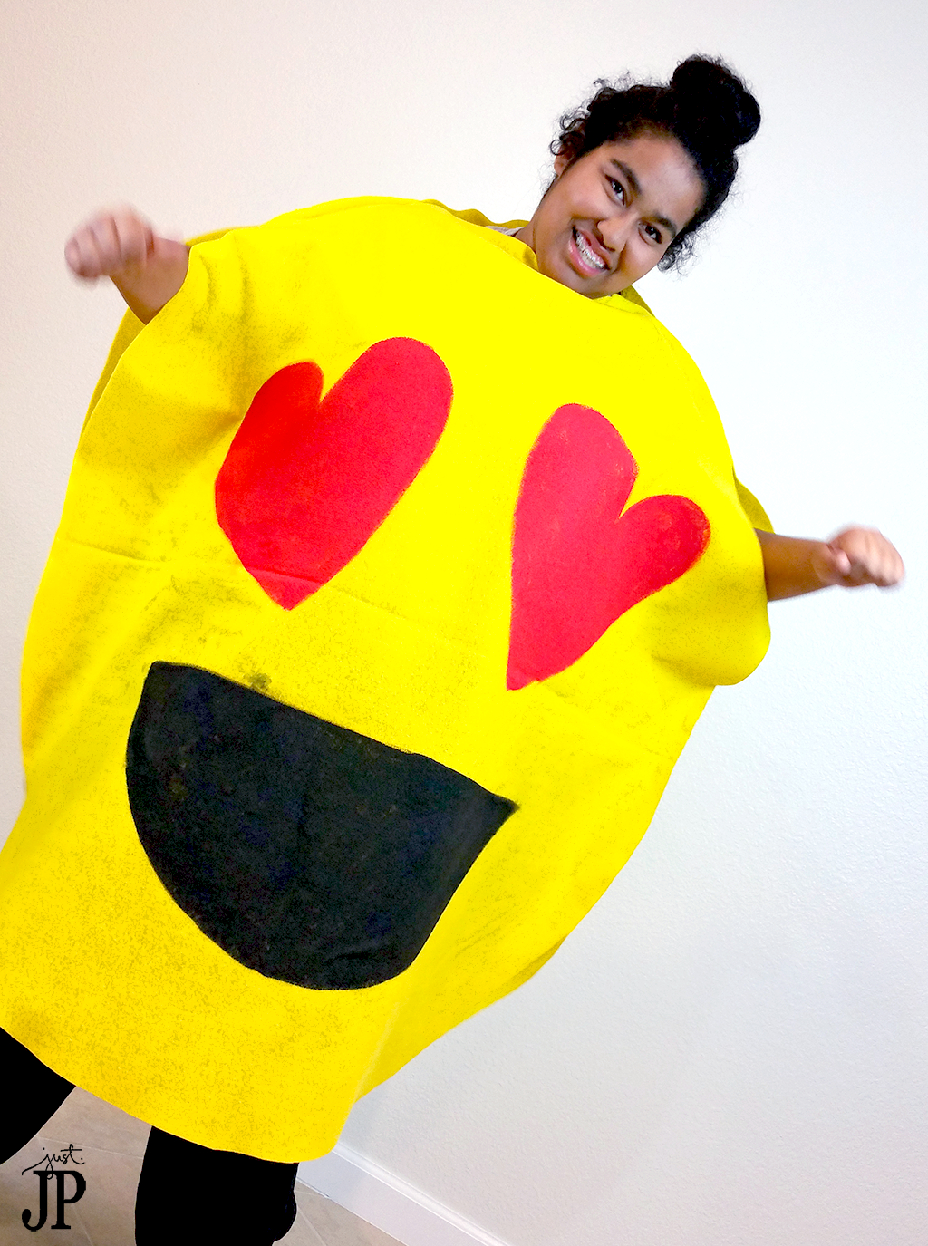 Two no sew diy emoji costumes for under 25 jphalloween fast and easy diy emjoi costumes awesome video tutorials for two emoji costumes solutioingenieria Gallery