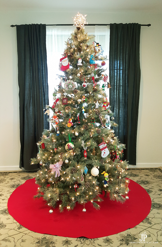 Make a GIANT no-sew Christmas tree skirt. This one is about 6 feet wide, is made from felt, and costs about $10 to make. #SmartFunDIY #ChristmasTree #treeskirt #felt #feltcrafts