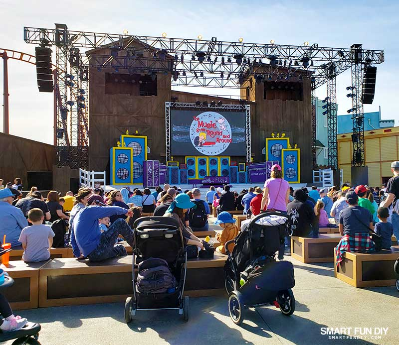 The Music Goes Round and Around stage show at Knott's PEANUTS Celebration
