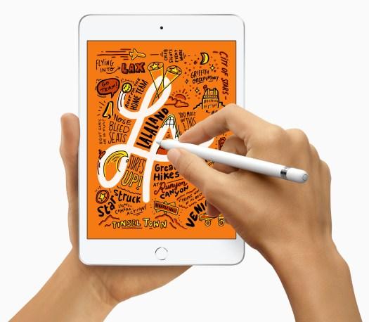En person holder en iPad Mini i den ene hånda, og skriver på med en Apple Pencil med den andre.