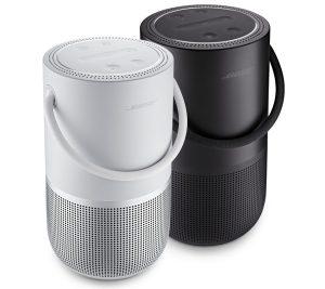 En hvit og en sort Bose bærbar høyttaler. Begge har håndtak.