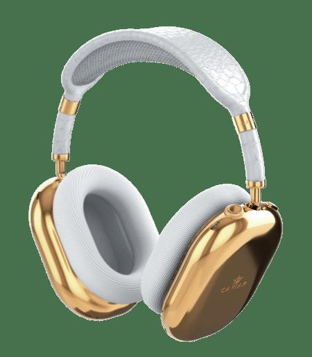 AirPods Max headsett med gullfargede rammer og hvite puter som passer rundt øret.