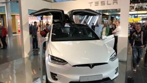 Tesla-Stand am Flughafen Amsterdam