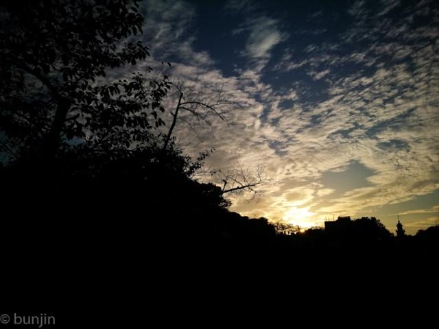 秋は夕暮れ
