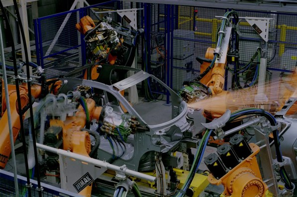 Schweißen der smart-Karosserie in smartville in Hambach. Roboter schweißen die Karosserie des smart. Die TRIDION-Sicherheitszelle wird vom Partner Magna International hergestellt und angeliefert. 10/1997 Produktion Welding the smart body in smartville, Hambach. Robots weld the body of the smart. The TRIDION safety cell is produced and delivered by smart´s partner Magna International. 10/1997