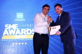 MR. KAMAN CHAULA, COUNTRY CATEGORY MANAGER VOLUME LASERS, HP INDIA SALES PVT. LTD IS GIVING THE AWARD OF BEST ENTERPRISE APPLICATIN VENDOR AWARD TO SAP INDIA