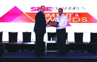 ANIL SETHI OF DELL EMC GIVING AWAY SUPER50 AWARD TO CENTRAL DATA SYSTEMS PVT LTD