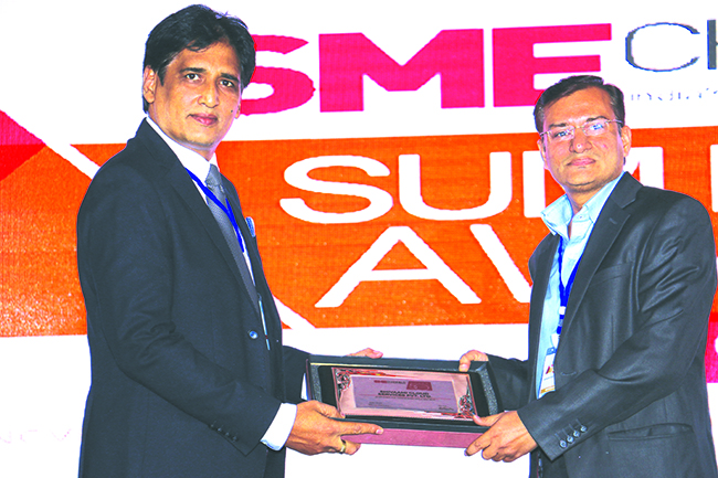 SANIB MOHAPATRA, PUBLISHER, SME CHANNELS GIVING AWAY SUPER50 AWARD TO SHIVAAMI CLOUD SERVICES PVT. LTD