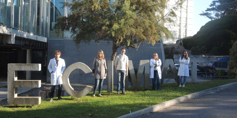 Les équipes d'ECIMAT et du SMEL à l'entrée du laboratoire ECIMAT à Vigo (@ECIMAT)