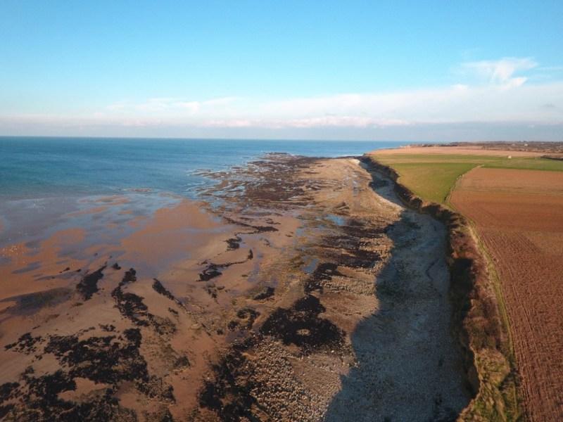 Vue par drone de l'estran des falaises de Grandcamp-Maisy (Calvados, France) (@SMEL)