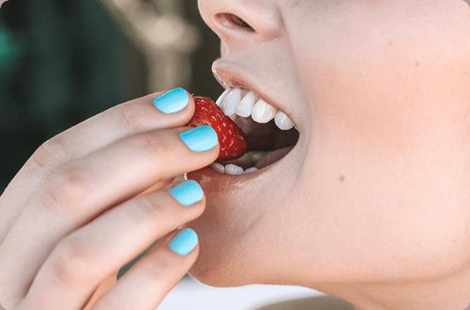 mulher mordendo um morango