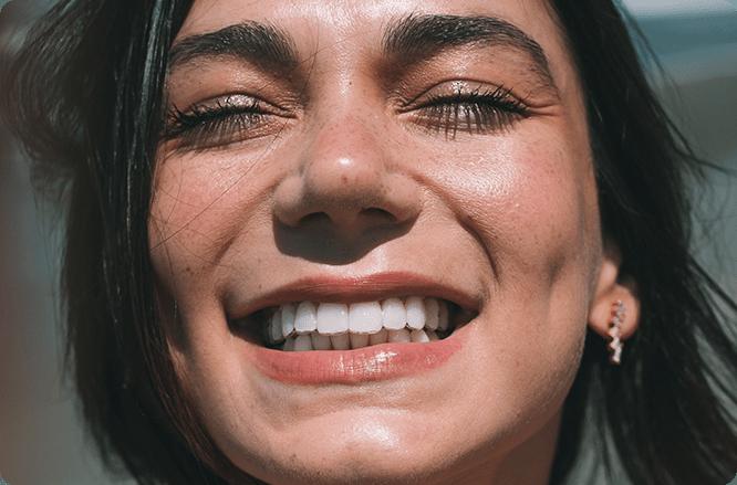 alinhamento dos dentes. mulher com sorriso de aparelho invisivel