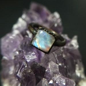 Unik elektroformet ring med regnbuemånesten