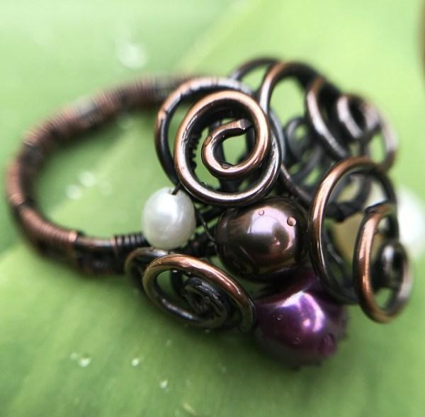 Wire wrapping ring med hvide, lilla og gyldne perler
