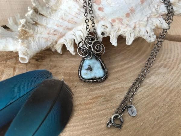 Smuk sølv halskæde med larimar