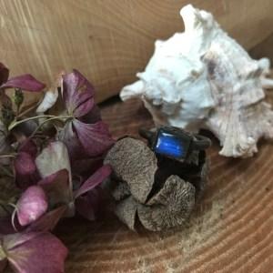 Smuk dybblå labradorit ring