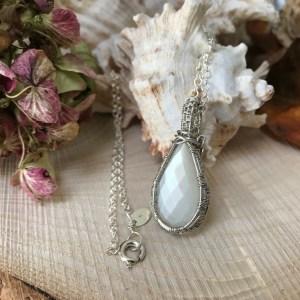 Dråbeformet månesten sølv halskæde