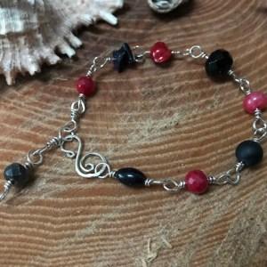 Rødt perlearmbånd i sølv