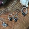 Håndflettet smykkesæt i sølv blålige perler