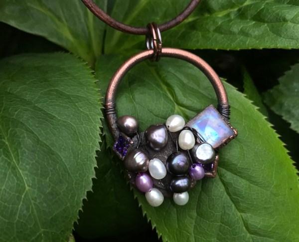 Regnbuemånesten og perle halskæde