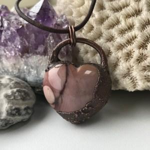 Electroformet rosa mookait hjertehalskæde