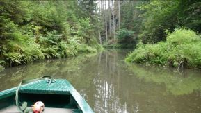 Met een bootje over dat sruwmeerte. Het gebied is beroemd om deze attractie....