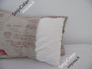 Le coussin cousu dans un drap ancien est garni de morceaux de mousse.