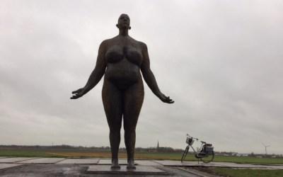 De 'dikke vrouw' staat op de dijk en wacht op hoog water