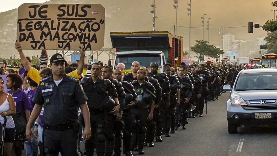 marcha da maconha pol  cia costumes smoke buddies Dave Coutinho Literatura Sativa: A Luta