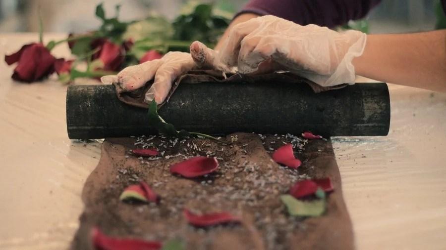 cilindro tecido petalas Contra a poluição da indústria têxtil, grife aposta em tingimento natural