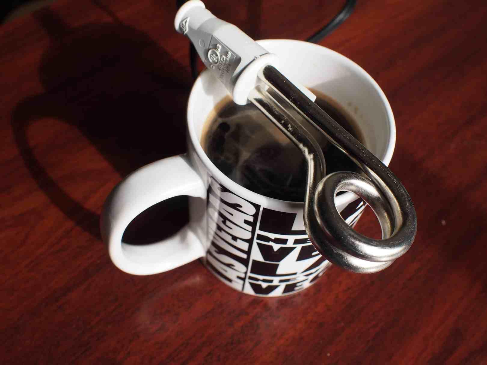Chauffe-eau sur tasse de café voyage