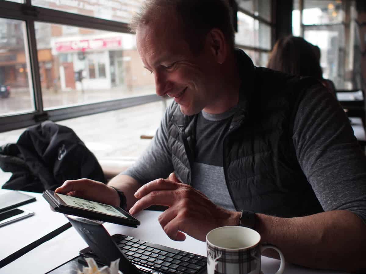 Pascal Forget dans un café liseuse Kindle