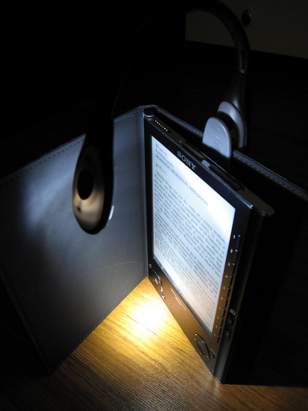 Sony PRS505 with Energizer Reading Light in the dark 2
