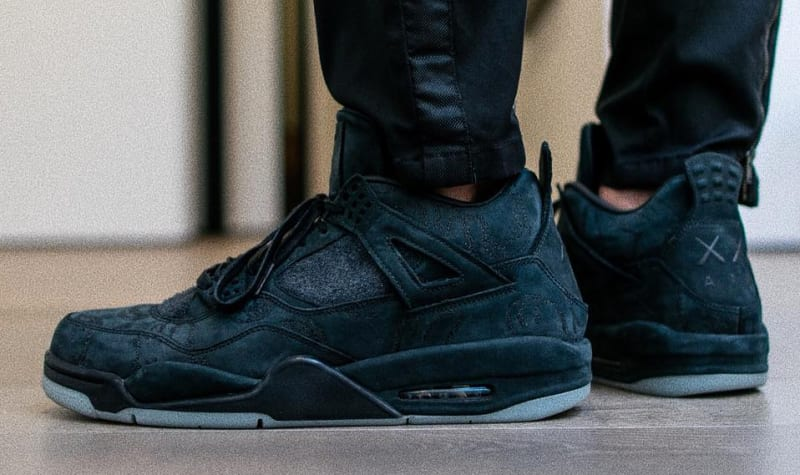 """Air Jordan 4 x Kaws """"friends and family"""" - Ugyanaz a sneaker, csak most egy kicsit távolabbról. - képforrás: SoleCollector"""