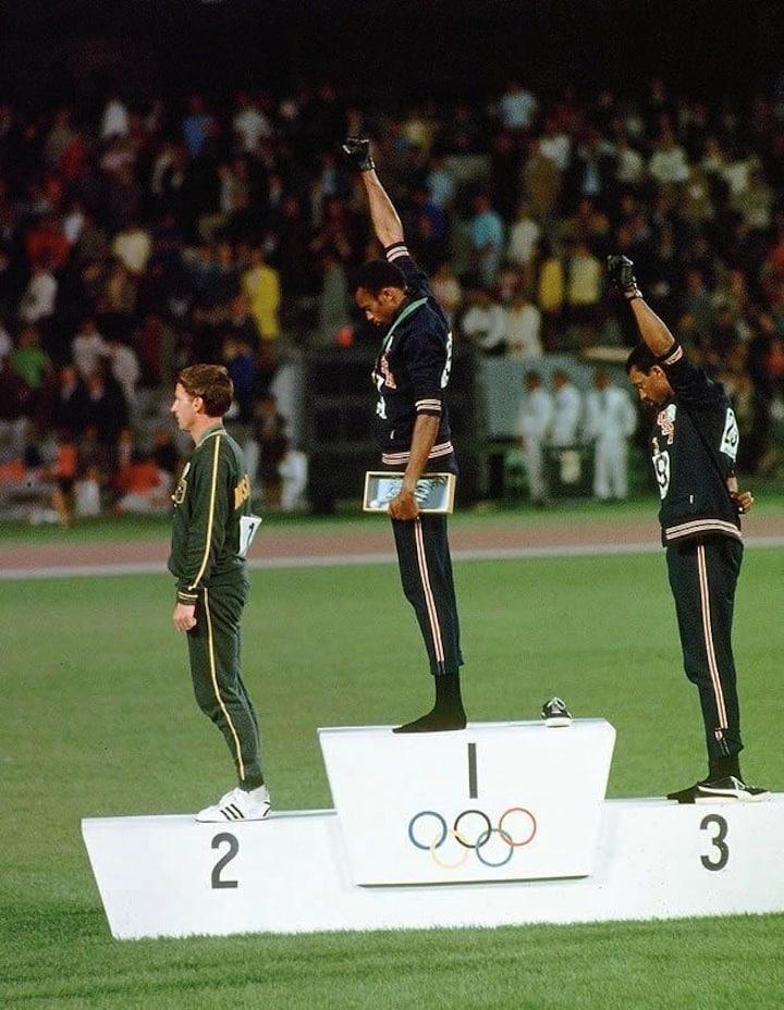 Tommie C. Smith et John Carlos sur le podium du 200 mètres aux JO de 68