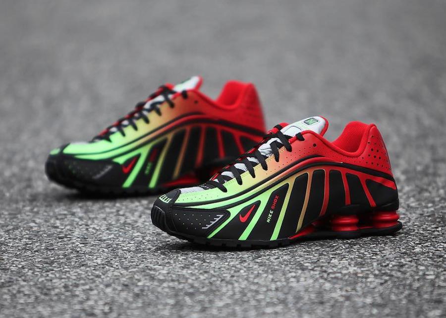 new york bb15e 915a9 Vous aurez également remarqué l ajout de la mention   Nike Shox    accompagnée d un mini-Swoosh sur le devant du pied et du nom du joueur  apposé quant à lui ...