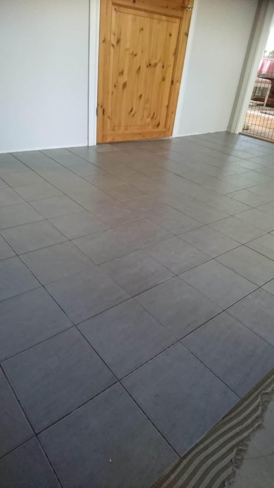 Läggning golv i hall med klinker