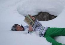 Lezend in de sneeuw