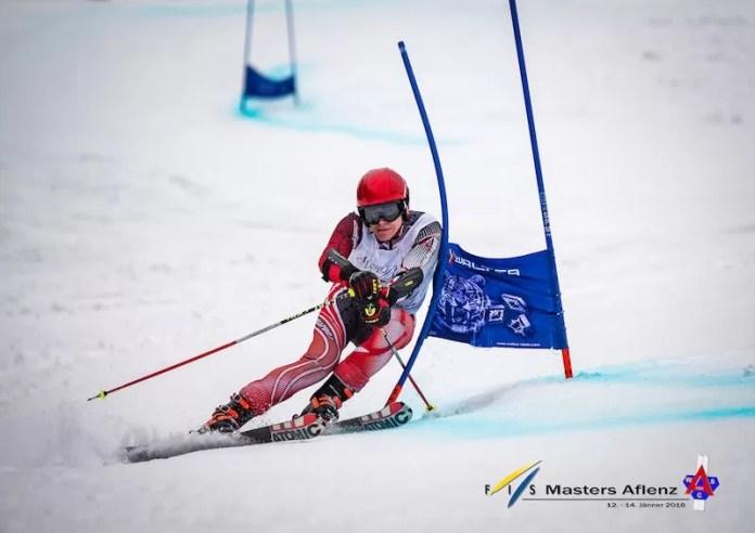 Dames en heren skiën