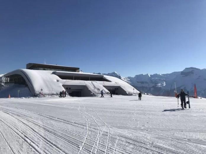 Het lijkt een beetje alsof we in een James Bond-film terecht zijn gekomen, maar dit is letterlijk ski-in, ski-out!
