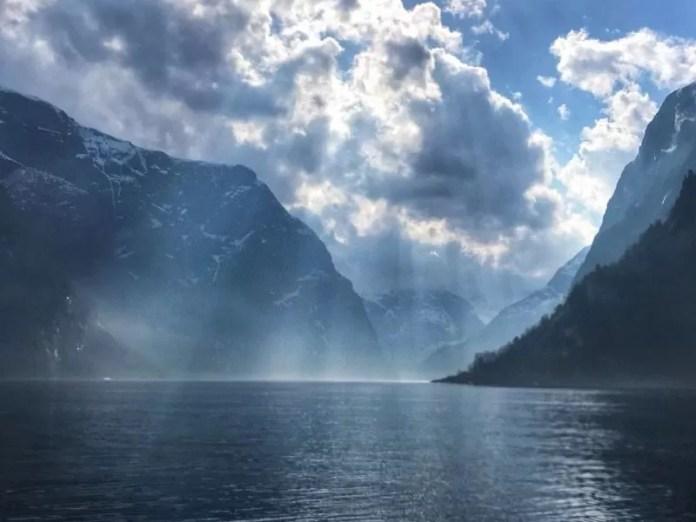 Zonnestralen maken de fjorden magisch
